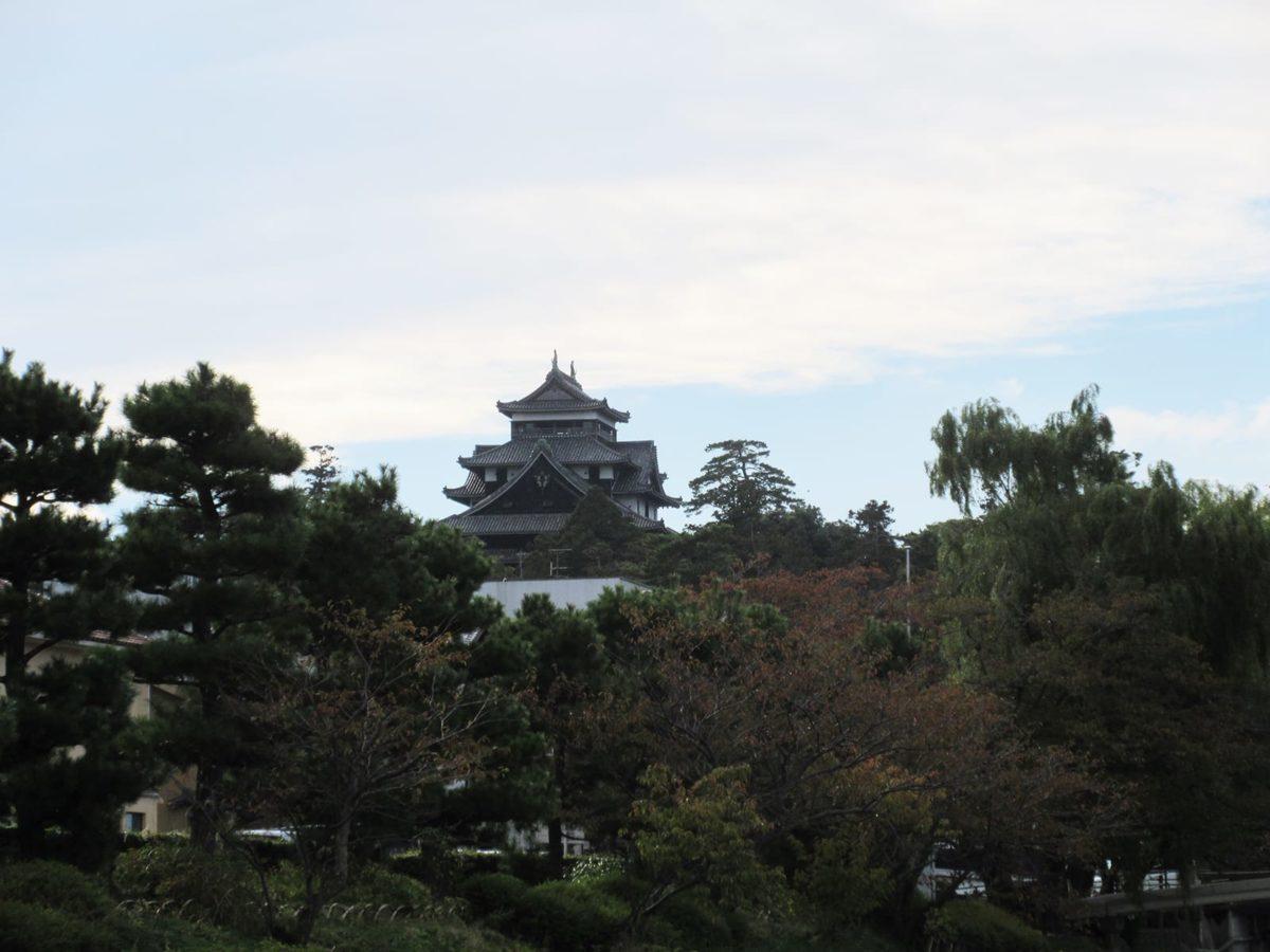 左手に松江城